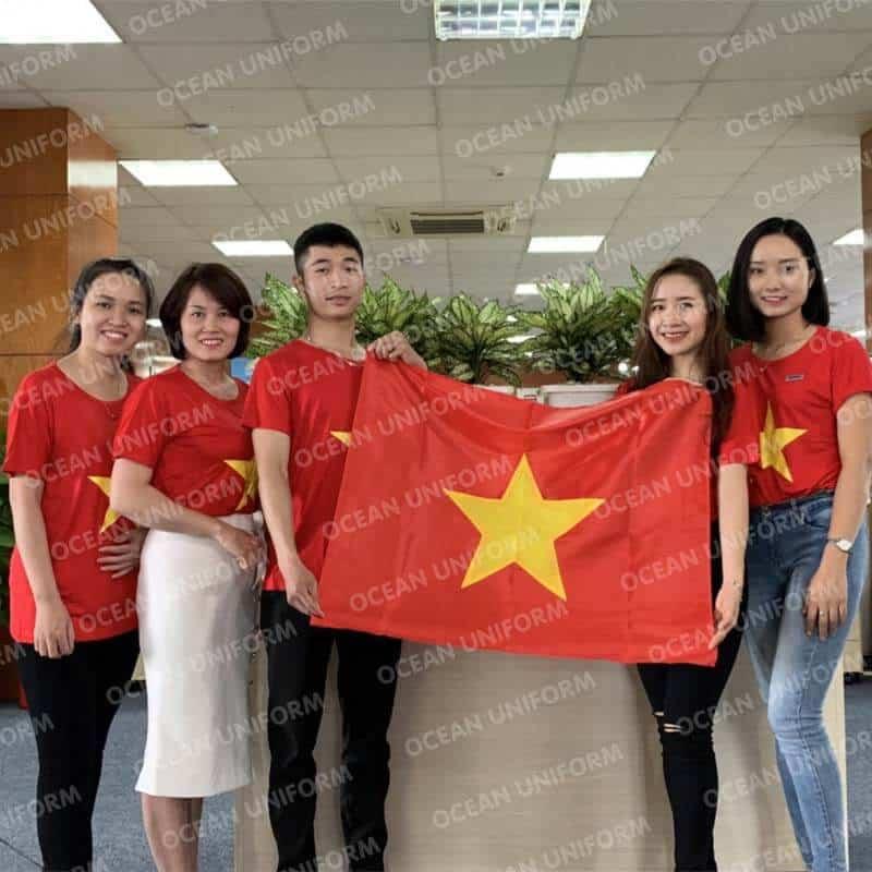 Áo cờ đỏ sao vàng đặc mặc tại văn phòng