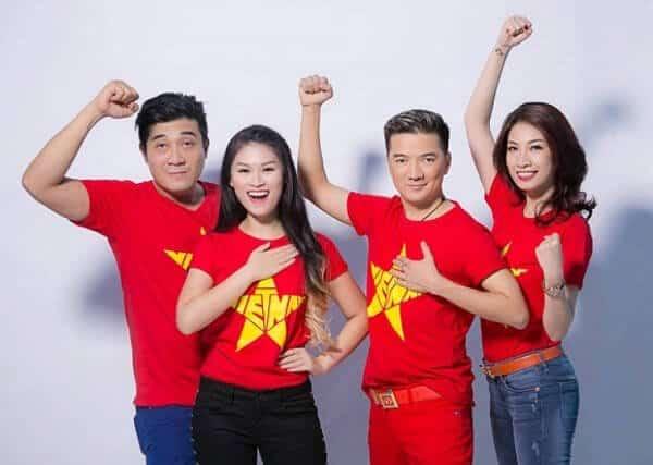 Áo thun cờ đỏ sao vàng là trang phục phù hợp với nhiều hoàn cảnh