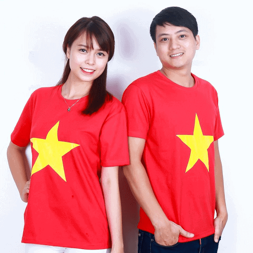 Áo phông cờ đỏ sao vàng là trang phục không thể thiếu khi tham gia sự kiện