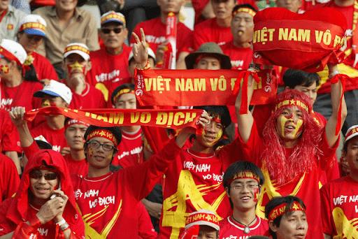 Chiếc áo cờ đỏ sao vàng được sử dụng khi cổ vũ bóng đá