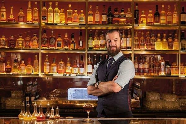 Ông Manhattan - Quản lý quán bar người Philipin luôn ưa chuộng mẫu đồng phục sơ mi trong và ghile bên ngoài