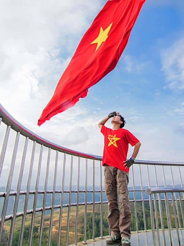 Áo cờ đỏ sao vàng đi du lịch