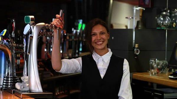 Sơ mi trắng và ghile đen đơn giản đầy tinh tế cho cô nhân viên pha chế quán bar