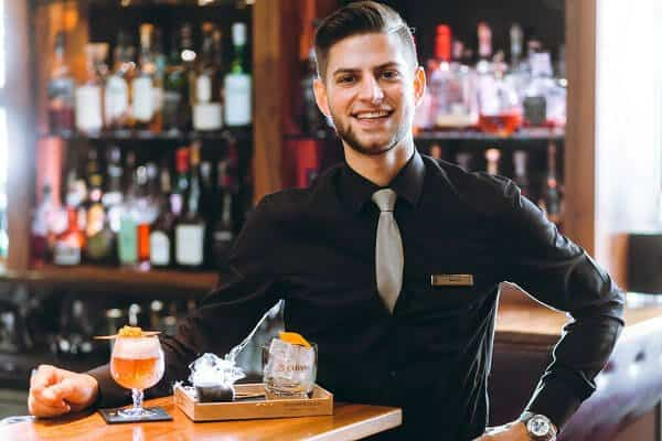Sơ mi đen đơn giản nhưng đầy tinh tế cho quản lý quản bar