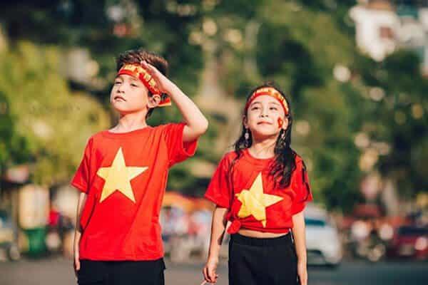 Áo cờ đỏ sao vàng cho bé