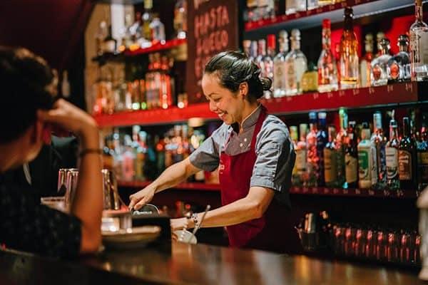 Đồng phục gồm áo và tạo dề đỏ cho nhân viên pha chế quán bar
