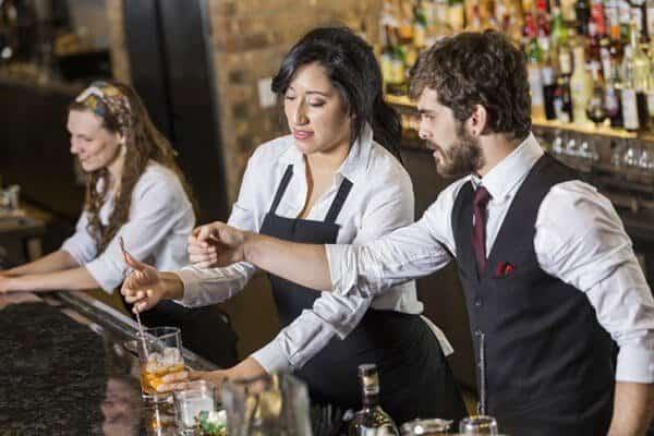 Sơ mi và ghile luôn là concept đồng phục cho quản lý quản bar được ưa chuộng