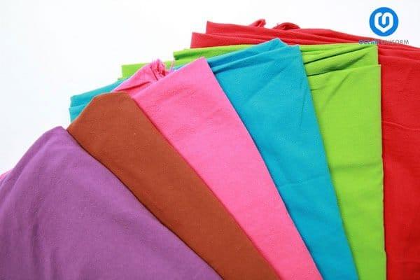 Vải Cotton tạo cảm giác thoải mái dễ chịu cho người mặc nhờ khả năng thấm hút mồ hôi tốt.