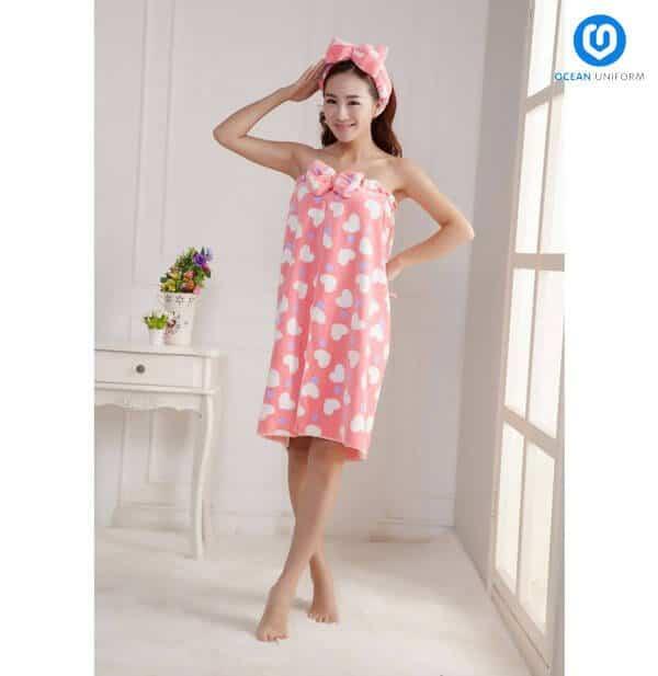 Màu sắc nổi bật cùng sự mềm mại của chất vải khiến mẫu váy quây này được chị em yêu thích